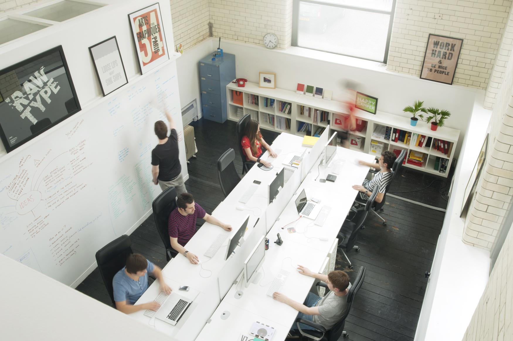 Escritório multifuncional com cadeiras com encosto para cabeça