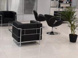 Invista em cadeiras decorativas e sofá corporativo
